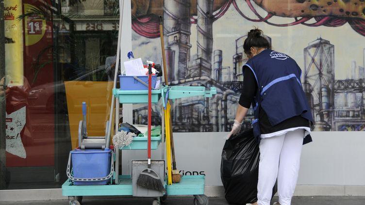 Une employée d'une entreprise de nettoyage professionnel, à Nantes (Loire-Atlantique), le 25 mars 2013. Dans ce secteur, 70% des salariés travaillent moins de 24 heures par semaine. (ALAIN LE BOT / AFP)