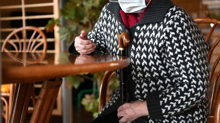 Une personne âgée assise à une table, dans un Ehpad. Photo d'illustration. (ST?PHANIE PARA / MAXPPP)