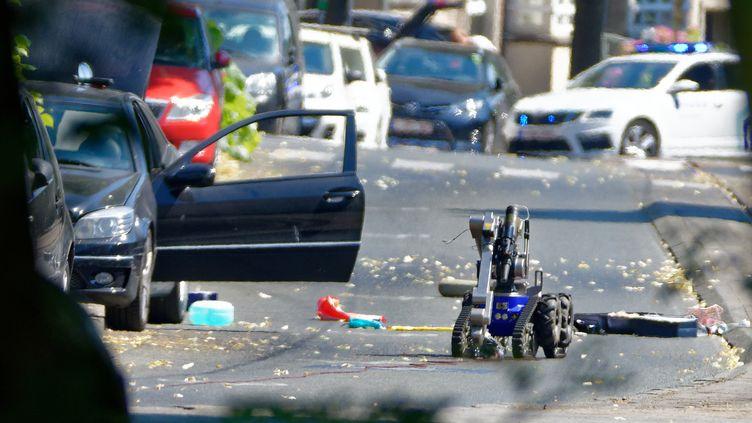 Un robot démineur inspecte la voiture des deux suspects, à Woluwe-Saint-Pierre, dans la région de Bruxelles, le 2 juillet 2018. (OLIVIER GOUALLEC / CROWDSPARK / AFP)