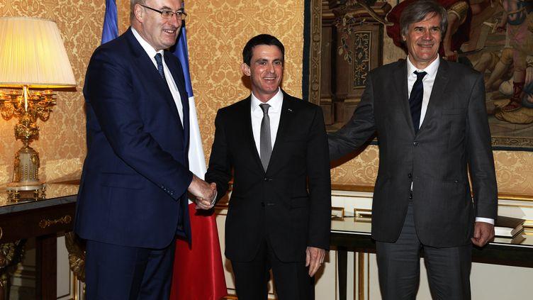 Le Commissaire européen à l'Agriculture et du développement rural Phil Hogan, Manuel Valls etStéphane Le Foll (R) à l'Hôtel Matignon le 25 février,2016 (THOMAS SAMSON / AFP)