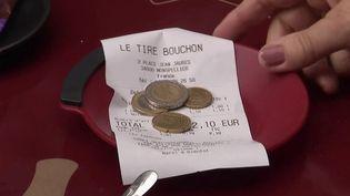 Consommation : les pourboires par carte bancaire défiscalisés en 2022 (FRANCE 2)