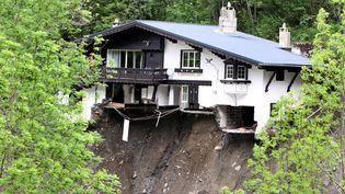 Une maison qui menace de s'effondrer à Barèges (Hautes-Pyrénées), le 20 juin 2013. (LAURENT DARD / AFP)