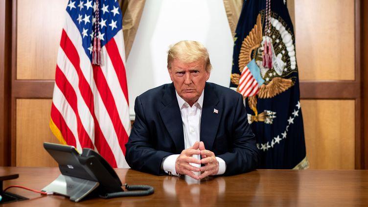Cette photo envoyée par la Maison Blanche montre Donald Trump à un bureau dans sa suite présidentielle de l'hôpital militaire de Walter Reed dans le Maryland, le 4 octobre 2020. (TIA DUFOUR / THE WHITE HOUSE / AFP)