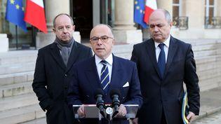 Le Premier ministre, Bernard Cazeneuve, entouré du ministre de la Justice, Jean-Jacques Urvoas, et du ministre de l'Intérieur, Bruno Le Roux. (THOMAS SAMSON / AFP)