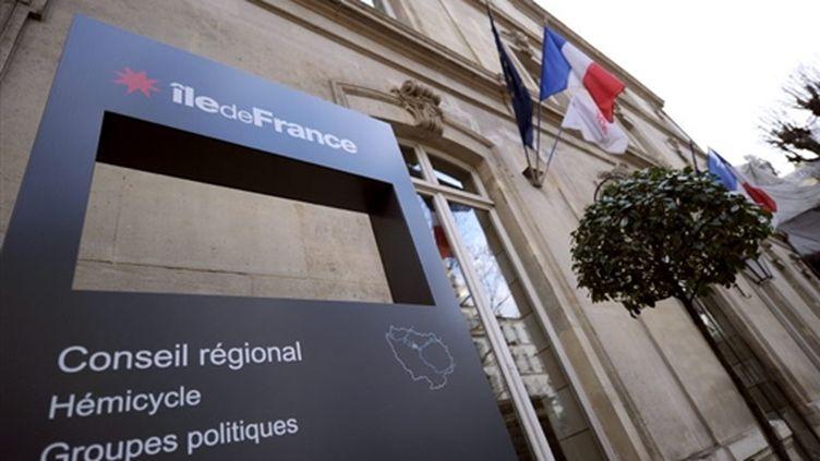 L'entrée du Conseil régional d'Ile-de-France, détenu par la gauche et que la droite aimerait bien reconquérir... (AFP PHOTO / LIONEL BONAVENTURE)