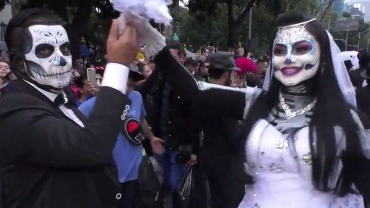 """L'une des nombreuses """"Catrinas"""" ayant défilé dans les rues de Mexico (Mexique) les 26 et 27 octobre. (FRANCEINFO)"""