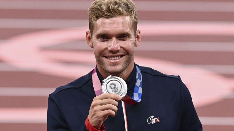 Kevin Mayer lors de la cérémonie des médailles du décathlon aux JO de Tokyo. (KEMPINAIRE STEPHANE / KMSP / AFP)