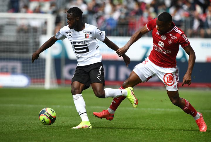 L'ailier ghanéen Kamaldeen Sulemana du Stade Rennais, balle au pied, lors de la rencontre à Brest pourla deuxième journée de Ligue 1, dimanche 15 août 2021. (FRED TANNEAU / AFP)
