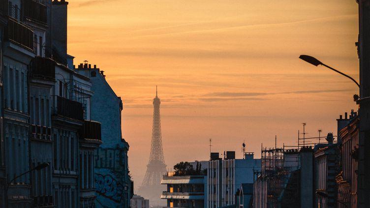 Pollution atmosphétique au-dessus de Paris, le 17 février 2017. (AURELIEN MORISSARD / MAXPPP)