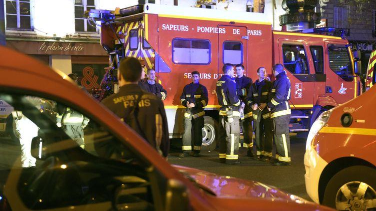 Des pompiers, près du Bataclan, le soir du 13 novembre 2015. (MIGUEL MEDINA / AFP)