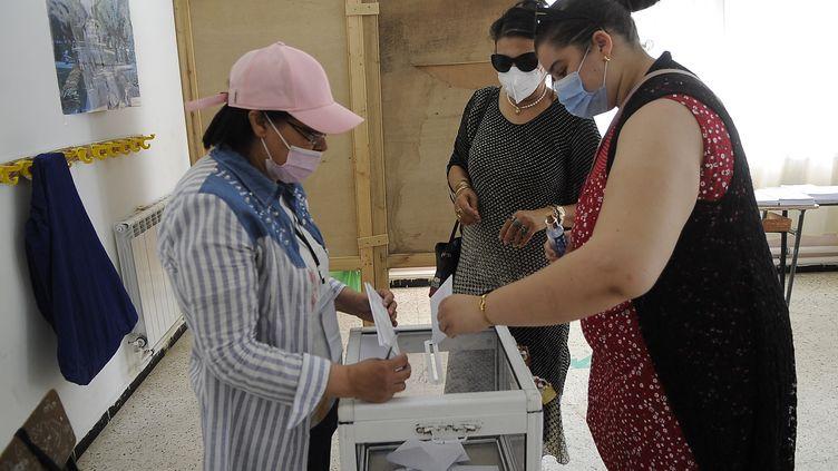 Dans un bureau de vote à Alger (Algérie), le 12 juin 2021. (MOUSAAB ROUIBI / ANADOLU AGENCY / AFP)