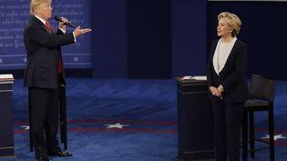 Les candidats à la présidentielle américaine, Donald Trump et Hillary Clinton, le 9 octobre 2016 à Saint-Louis (Etats-Unis). (PATRICK SEMANSKY / AP / SIPA)