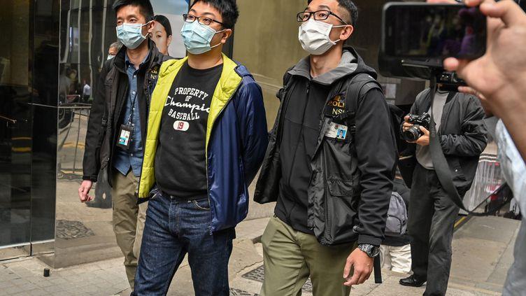 Le militant pro-démocratie Ben Chung (au centre) est arrêté par la police de Hong Kong, le 6 janvier 2021. (PETER PARKS / AFP)