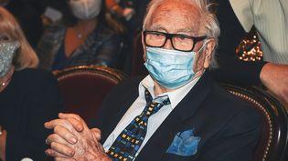 Le couturier français Pierre Cardin lors d'un événement célèbrant ses 70 ans de carrière au théâtre du Chatelet à Paris, le 21 septembre 2020. (LUCAS BARIOULET / AFP)
