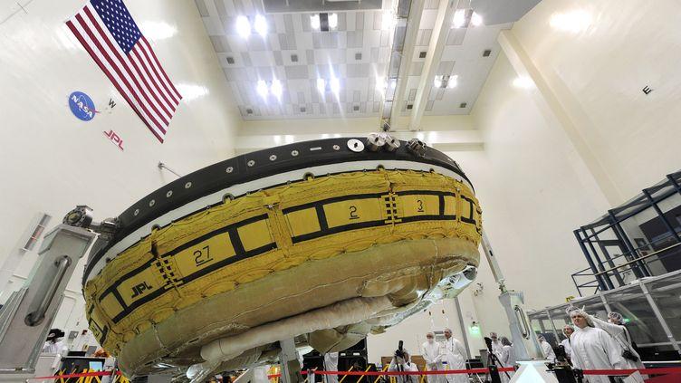 """Le disque appelé """"Low-Density Supersonic Decelerator"""" dans les laboratoires de la Nasa à Pasadena (Californie, Etats-Unis), le 9 avril 2014. (FREDERIC J. BROWN / AFP)"""