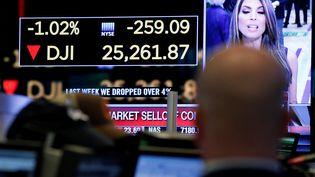 Un mouvement de panique a saisi Wall Street lundi 5 février 2018, où l'indice Dow Jones a chuté de plus de 1 500 points en cours de séance. (BRENDAN MCDERMID / REUTERS)