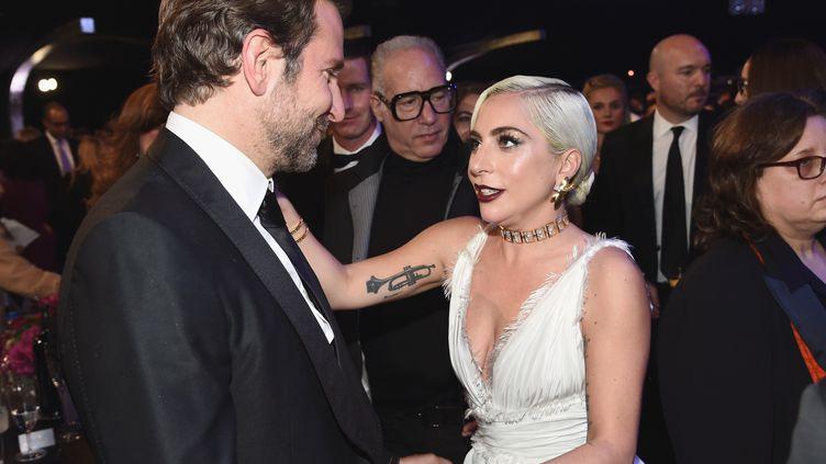Bradley Cooper et Lady Gaga assistent aux SAG Awards à Los Angeles (Etats-Unis), le 27 janvier 2019. (DIMITRIOS KAMBOURIS / GETTY IMAGES NORTH AMERICA / AFP)