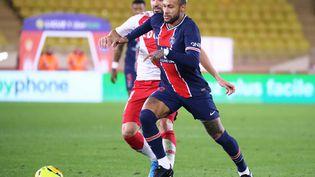 L'attaquant du PSG Neymar et le milieu de terrain de l'AS Monaco,Cesc Fabregas, lors d'un match de Ligie 1, au stade de Monaco, le 20 novembre 2020. (VALERY HACHE / AFP)