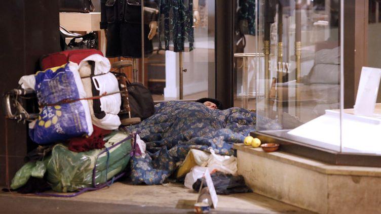 Un sans abri dormant dehors, le 28 octobre 2012. (THOMAS COEX / AFP)
