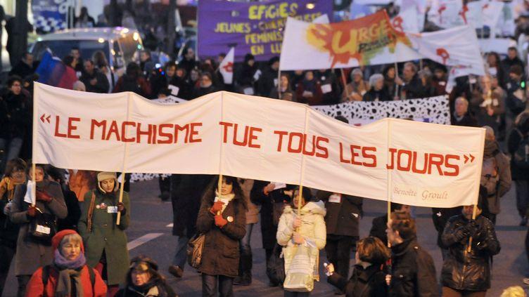 Des personnes participent à la manifestation à l'occasion des 40 ans du Mouvement de libération des femmes et du lancement de la 3e Marche mondiale des femmes, le 8 mars 2010, à Paris. (MEHDI FEDOUACH / AFP)