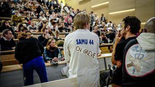 L'assemblée générale du collectif Inter-hopitaux dans l'amphithéatre de la faculté de médecine de Paris le 14 novembre 2019. (LUC NOBOUT / MAXPPP)