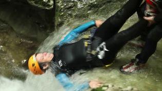 Randonnée, escalade et canyoning, les plaisirs de la montagne offrent un vaste terrain de jeu pour les familles. Reportage dans le Jura, avec la famille Frérot. (CAPTURE ECRAN FRANCE 3)