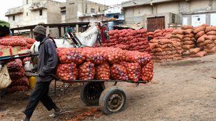 Vente d'oignons sur le marché de Camberene à Dakar. Un produit très populaire au Sénégal dont la population en consomme 800 tonnes par jour. (SEYLLOU / AFP)