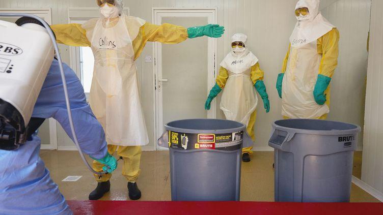 Des soignants d'Unicef dansle Soudan du Sud, le 21 février 2019, lors d'un exercice de décontamination face au virus Ebola. (ALEX MCBRIDE / AFP)