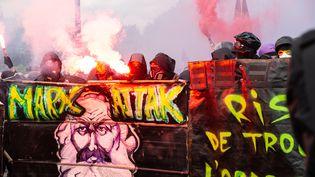 Des black blocs lors de la manifestation du 1er-Mai, à Paris. (DAVID SPEIER / NURPHOTO)