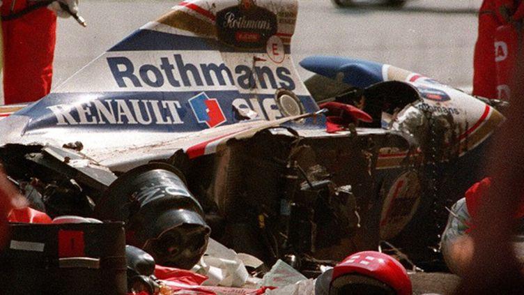 1er mai 1994. 14h18. Au 7e tour du GP d'Imola, la Williams-Renault d'Ayrton Senna tire tout droit dans la courbe de Tamburello et frappe le mur à 210 km/h. Le pilote est pris en charge par l'équipe médicale puis transféré en hélicoptère à l'hôpital Maggiore de Bologne où son coeur s'arrête définitivement de battre. (JEAN-LOUP GAUTREAU / AFP)
