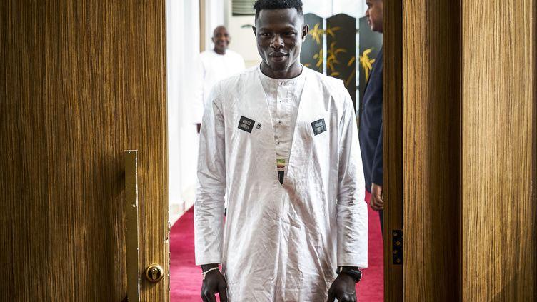 Mamoudou Gassama arrivant à une rencontre avec le président du Mali, Ibrahim Boubacar Keïta, le 18 juin 2018 à Bamako. (MICHELE CATTANI / AFP)
