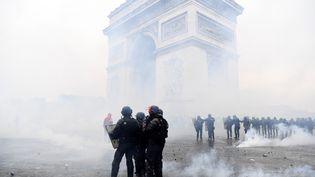 """Des policiers devant l'Arc de Triomphe durant la manifestation des """"gilets jaunes"""", le 1er décembre 2018 à Paris. (ALAIN JOCARD / AFP)"""