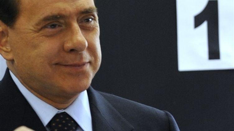 Silvio Berlusconi en train de voter dimanche (© AFP)