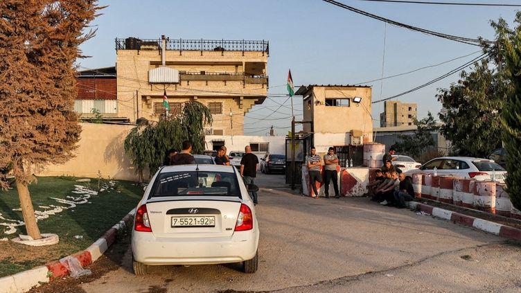 Des personnes patientent près de l'immeubledes renseignements palestiniens à Jénine, en Cisjordanie, le 10 juin 2021. (JAAFAR ASHTIYEH / AFP)