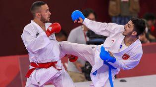 Steven Da Costa (ceinture rouge) face au Turc Eray Samdan lors des Jeux olympiques de Tokyo. (AHMET IZGI / ANADOLU AGENCY)