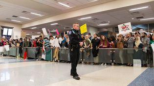Des manifestants contre le décret migratoire de Donald Trump à l'aéroport de Dallas, au Texas (Etats-Unis), le 28 janvier 2017. (LAURA BUCKMAN / REUTERS)