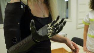 Priscille Deborah est devenue en 2018 la première femme française à avoir été opérée, à Nantes (Loire-Atlantique) pour la pose d'un bras bionique. L'intervention l'a fait renaître, et a permis de renouer avec sa passion, la peinture. (CAPTURE ECRAN FRANCE 3)