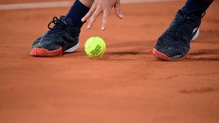 Un joueur de tennis sur la terre battue de Roland Garros (illustration), le 6 octobre 2020. (MARTIN BUREAU / AFP)