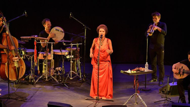 La chanteuse Oum sous le Chapiteau d'Ambronay, accompagnée de Damien Nueva, Inor Sotolongo, Camille Passéri et Yacir Rami.  (Bertrand Pichène - Festival d'Ambronay)