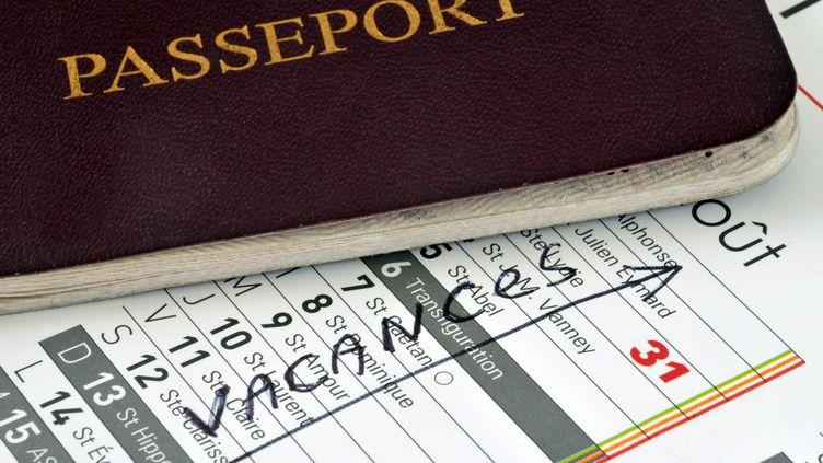 Un passeport posé sur un calendrier. Photo d'illustration. (RICHARD VILLALON / MAXPPP)