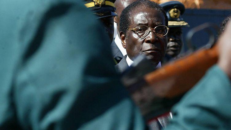 Robert Mugabe, alors président du Zimbabwe, entouré de militaires, à Harare le 27 juin 2007. (DESMOND KWANDE / AFP)