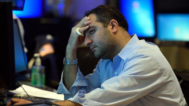 Un trader suit l'évolution de la bourse avec inquiétude au New York Stock Exchange, le 24 août 2015, à New York. (DON EMMERT / AFP)