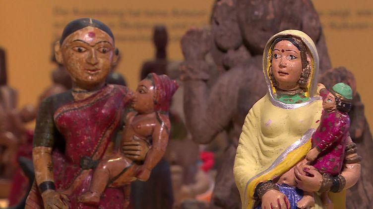 """Sculptures de l'exposition """"Mère et Enfant"""" présentée au Musée des Cultures à Bâle (B. Stemmer / France Télévisions)"""