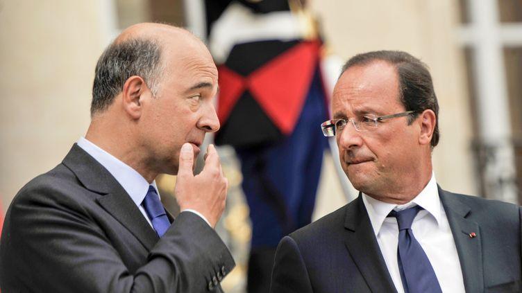 Le ministre de l'Economie, Pierre Moscovici, et le chef de l'Etat, François Hollande, dans la cour de l'Elysée, le 25 août 2012. (LAURENT ETIENNE / SIPA)