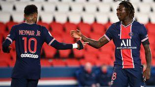 Neymar félicite Moïse Kean après son but contre Dijon, samedi 24 octobre 2020 à Paris. (FRANCK FIFE / AFP)