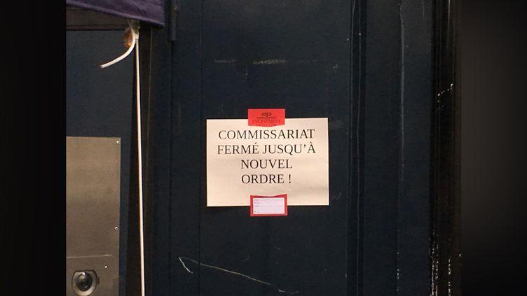 Une affiche à l'entrée du commisariat du 19e arrondissement de Paris, le 5 mai 2019. (RAPHAEL CANN / FRANCE BLEU / RADIO FRANCE)