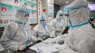 Des membres du personnel médical de l'hôpital de la Croix-Rouge de Wuhan en Chine, le 25 janvier 2020 (photo d'illustration). (HECTOR RETAMAL / AFP)