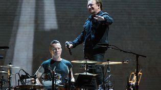 Le chanteur Bono et le batteur Larry Mullen Jr.du groupe U2, lors d'un concert à Houston (Etats-Unis), le 23 mai 2017. (SUZANNE CORDEIRO / AFP)