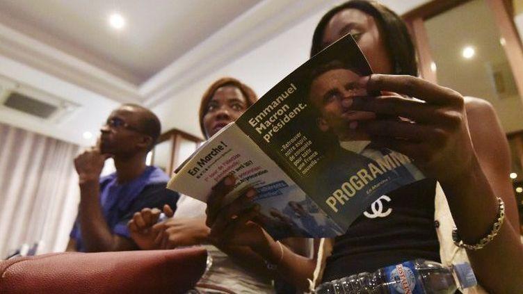Des supporters d'En Marche, attendent la conférence de M'jid El Guerrab, un Franco-Africain, ex-conseiller du PS devenu soutien d'Emmanuel Macro, dans un hôtel d'Abidjan par le 9 avril 2017. (Sia KAMBOU / AFP)