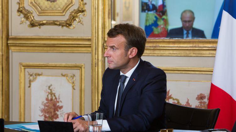 Emmanuel Macron en vidéoconférence avec Vladimir Poutine à Paris, le 26 juin 2020. (RAPHAEL LAFARGUE/SIPA)
